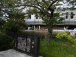 芥川龍之介「蜜柑」の碑、通り過ぎる横須賀線の電車