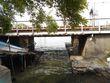 芥川龍之介「蜜柑」の碑の横、横須賀線の橋梁