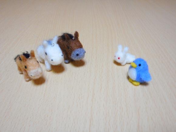 アデリーペンギンとウサギと三頭の馬