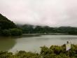 雨のダム湖