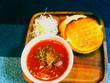 スラム街の少女の玉葱トマトスープ