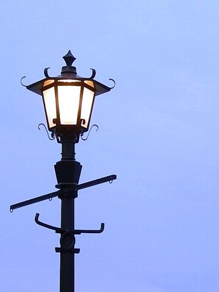 【フリー素材】黄昏の街灯-縦