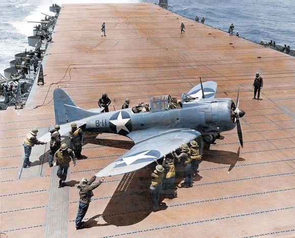 護衛空母甲板のSBD