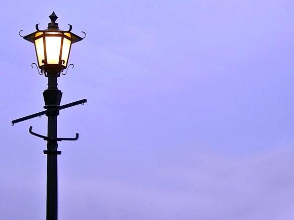 【フリー素材】黄昏の街灯-横