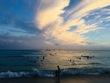 ワイキキビーチの波と雲