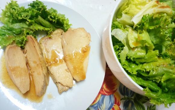 (岩塩、オレガノ、お水につけて寝かせ蒸した)鶏胸肉を切り